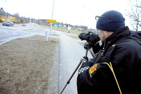 Utrykningspolitiet (UP) holdt kontroll på fylkesvei 152 gjennom Ås sentrum fredag. De sjekket bilbelte- og mobilbruk.