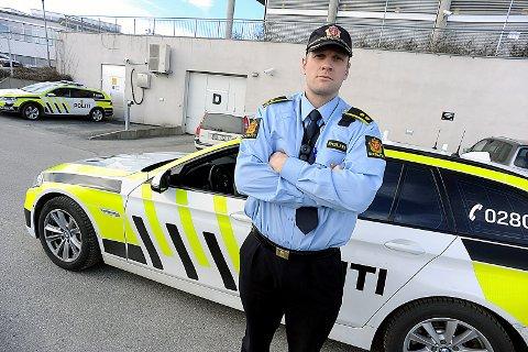 FØLGER MED: Leder av ordensavdelingen ved politiet i Follo, Kristoffer Haakonsen er på jakt etter de britiske asfalt- og steinleggerne. FOTO: Ole Kr. Trana