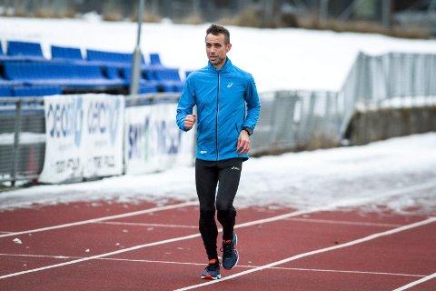 HJEMMEBANE: Joar Flynn Jensen er vel hjemme i Ski etter 24-timers løpet i Athen forrige mandag. Her, på løpebanen på Ski stadion er 51-åringen stadig å se løpende intervalløkter. Lengde? Fire ganger fem tusen meter.