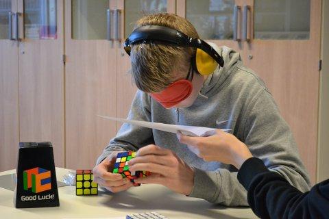 Knut Skaug Haraldsen i dyp konsentrasjon under blindet løsning av 4x4x4-kuben.