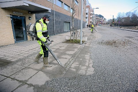 RENGJØRING: Henrik Hjelm er sammen med to av sine kolleger i gang med vårrengjøring av gatene i Ski sentrum.