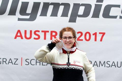 Lise Katrin med sølvmedaljen hun tok på 222 meter på skøyter under Special Olympics.