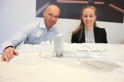 250 ROM: Prosjektleder Thomas Gundersen og arkitekt Birgitta Norrud viser hvordan hotellet er tenkt plassert i flukt med spa-bygget.