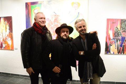 FRA ÅPNINGEN: Ari Behn, Per Heimly og Tor Rafael Raael fra venissasjen i Drammen hvor de åpnet sin pop-utstilling.  Med seg som gjestekunstner har de Mikael Persbrandt.
