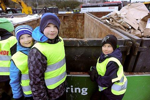 VIKTIG: Fra venstre Jacob, Bastian og Elias har skjønt viktigheten av å kildesortere søppel.