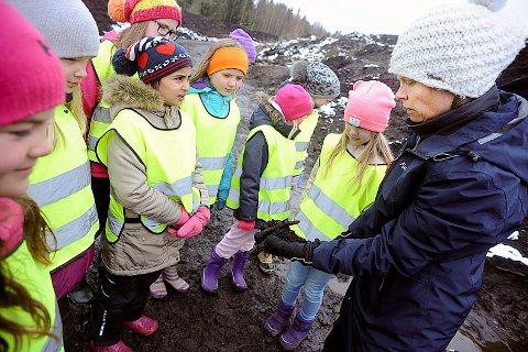 TIL JORD SKAL DU BLI: Astrid Ekroll fra Follo Ren viser prosessen fra hageavfall til god og næringsrik jord.