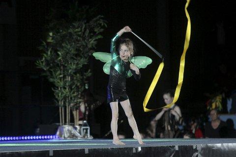 ELEGANT: Unge Maja Jonassen ga oss også en smakebit av rytmisk gymnastikk (RG).alle foto: henrik aasbø