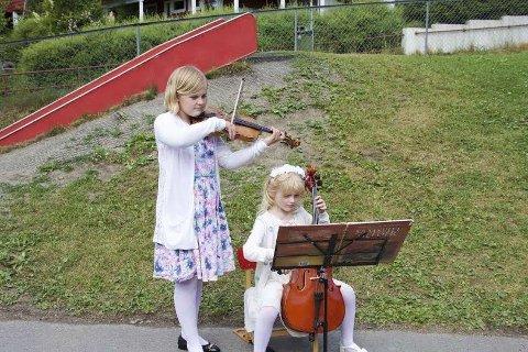 Aurora Haagensen Fladmoe som her spiller sammen med lillesøster Andrea Fladmoe Midtbøen, er glad for at formannskapet sa ja til å gi garanti for skoleplass i Oslo.
