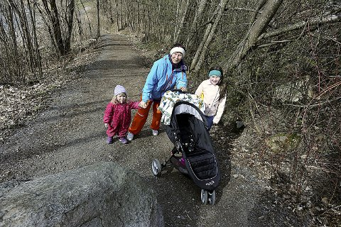 FORNØYD: Tordis Tornes hadde med seg barnebarna Ella og Ada Evita på tur på Breivoll søndag.Begge foto: Ole Kr. Trana