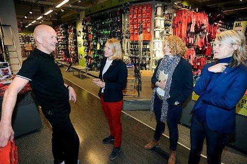 GLAD: Kjell Tidemann snakket villig vekk om hvordan livet hos XXL er. Her i deilaog med Anniken Huitfeldt, Tuva Moflag og Nina Sandberg.