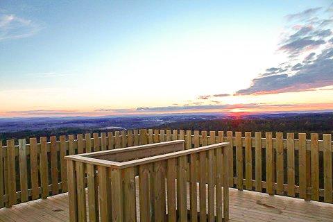 SOLNEDGANG: Det blir garantert mange spektakulære solnedganger å nyte fra toppen av Hjellsåstårnet-