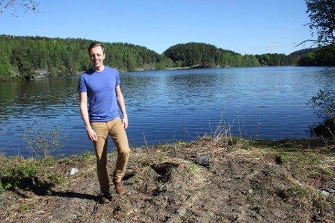DRIKKEVANN: Nicholas Wilkinson har tatt mål av seg til å sørge for rent drikkevann fra Gjersjøen hvis han blir valgt inn på stortinget.