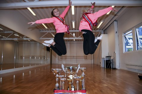 HOPPENDE GLADE: Tone Tøraasen (t.v.) og Emma Spolén Heiersjø kom tilbake fra NM i freestyledans på Rælingen med henholdsvis ett og fire gull. Da kan man hoppe i taket av glede.FOTO: henrik Aasbø