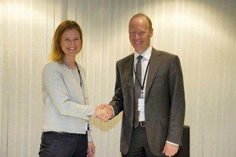 SIGNERTE KONTRAKT: Camilla Krogh, konserndirektør Bygg i Skanska og Thor Arne Aass, ekspedisjonssjef i Politiavdelingen i Justis- og beredskapsdepartementet.