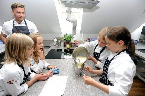 KOKKER: Fra venstre, Julie (11), Vilde (10), Mari (11) og Karen (11) blir opplært av Mattis Natvig til å lage den perfekte Panna Cotta.