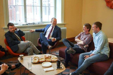 MØTE: Torbjørn Røe Isaksen og Jon Georg Dale møtte NMBU-studentene, og Benedikt Goodman (nærmest Dale) grep muligheten til å spørre ut kunnskapsministeren.
