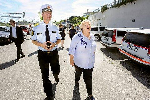 BESØK: Politimester Steven Hasselda fikk lørdag besøk av statsminister Erna Solberg.