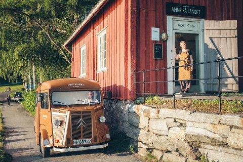KORTREIST MAT: Ekteparet Bendik Romstad og Anne Gravingen driver både foodtruck og café. og plukker rabarbara, sopp og blåbær fra lokalområde.