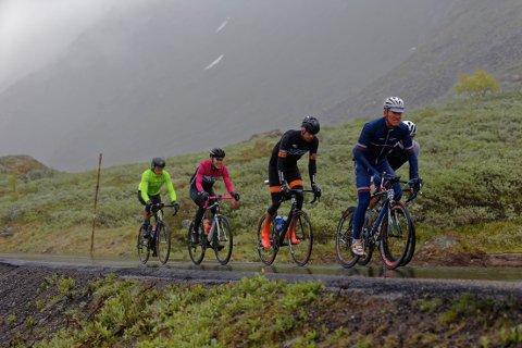 Atle Thoresen i front. Johan Noraker Nossen ligger like bak i Follo sykkelklubbs rosa og hvite trøye.