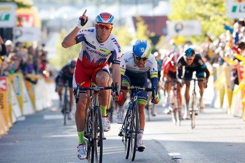 Alexander Kristoff (tv) (Team Katjusja) i aksjon under Tour of Norway i 2015. Fredag vant han den andre etappen i Arctic Race.