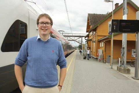 VIL UTSETTE: Morten Vollset (Sp) fra Ås mener det er uklokt å bruke masse ressurser på regionreformen få uker før stortingsvalget som i stor grad vil dreie seg om sammenslåingen av kommuner og fylkeskommuner.  FOTO: VIVI RIAN