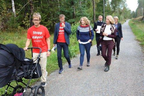 Stopp Støyens Yngve Seierstad Stokke tok Anniken Huitfeldt med fra tårnåsen skole, via Ødegården til skogen som grenser mot beredskapssentertomten.