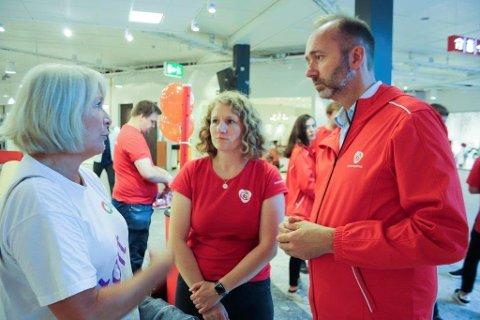 SKOLELØFTE: Utdanningsforbundets Bente Hermansen møtte Trond giske da han gjestet Tuva Moflag på Arbeiderpartiets stand på Ski storsenter.