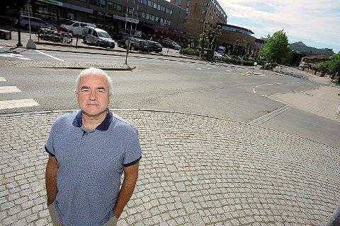 KAN IKKE VENTE: Helge Bunæs (H) er utålmodig med å få åpnet Jernbaneveien for biltrafikk.
