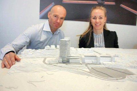250 ROM: Prosjektleder Thomas Gundersen og arkitekt Birgitta Norrud viser hvordan hotellet er tenkt plassert i flukt med spa-bygget. Foto: Vivi Rian