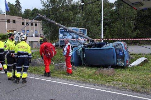 BLE KASTET UT: De to passasjerene i baksetet ble kastet ut da bilen rullet rundt.