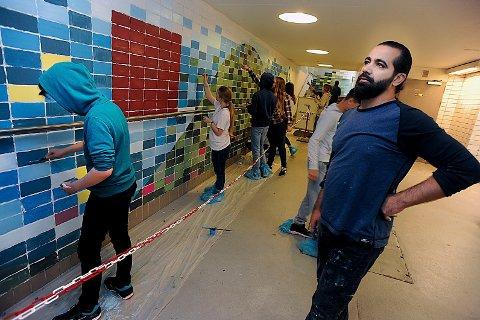 UNDERGRUNNSKUNST: Anas Salameh er fornøyd med det elevene presterer i undergrunnen på Ski stasjon.