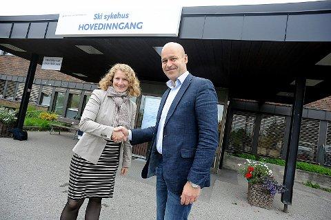 OPPKJØP: Ordfører Tuva Moflag er fornøyd med å ha kjøpt opp Ski sykehus fra Ahus, her ved direktør Øystein Mæland.