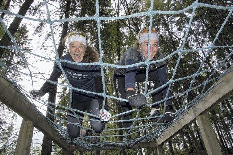 1 Ingen hindring: Karin Johansen (til venstre) og Anita Jansen setter full fart over nettet. Konkurrerer de ikke sammen på lag, gjør de alt de kan for å slå hverandre.