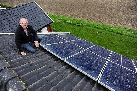 PANEL: Taket til Svein Ivar Siggerud er dekket av solcellepanel.