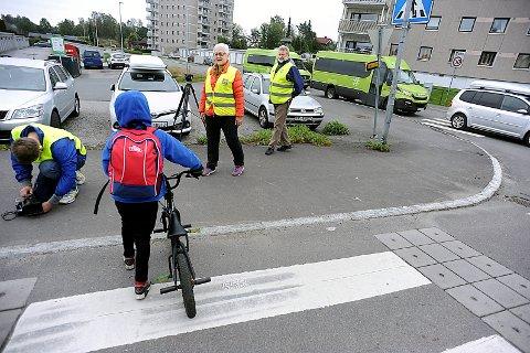 """GÅR TIL FILMEN: Trygg Trafikk er på besøk i Oppegårdveien for å filme """"Morgenfuglenes"""" jobb med å trygge barnas skolevei."""