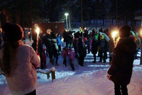 STEMNING: Grytidlig torsdag tentes faklene på Tårnåsen skole.