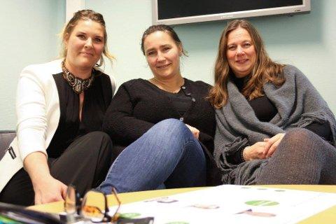UTBYTTE: Therese Birnbach (tv) og Mai-Britt Andersen (th) har fått verktøy og støtte til å stå ekstra støtt i mammarollen etter å ha deltatt i motherhood-grupper, som Anne Witberg (i midten) er prosjektleder for.