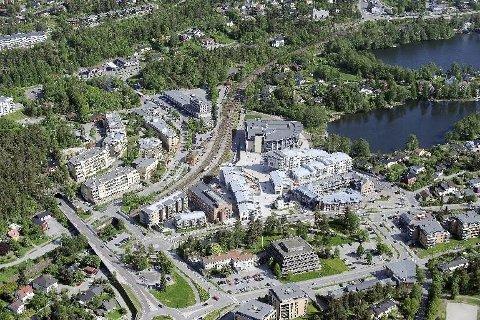 BLIR LEDIG: Rådhuset, det pyramideformede bygget i midten i forkant av bildet, blir fraflyttet i det Nordre Follo er et faktum. Oppegård kommune tilbyr rådhustomta til Politihøgskolen.