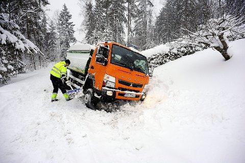 I GRØFTA: Denne bilen fra Follo Ren havnet i grøfta i Tussestien på Langhus tirsdag morgen.