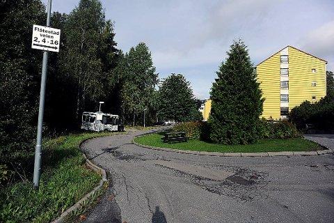ÅSTED: Det var på denne parkeringsplassen på Greverud at politiet antar den 18 år gamle jenta ble stukket ned.