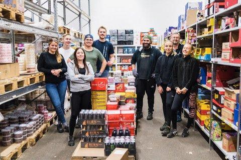 PAKKER SNOP: Dette er noen av de 14 ansatte som på fulltid pakker søtsaker til oss nordmenn.