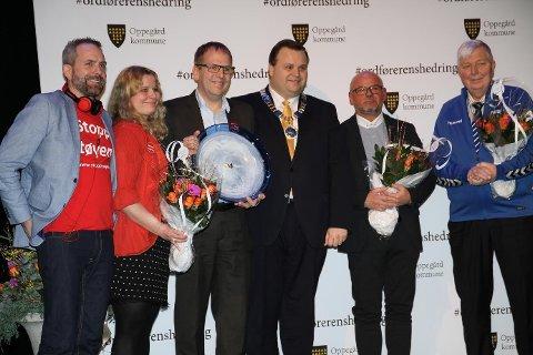 AND THE WINNER IS…: Stopp Støyen stakk av med frivillighetsprisen i Oppegård. Ordfører Thomas Sjøvold deler her ut prisen til (t.v.) Paal Sjøvall, Caroline Mongstad Høgsnes og Helge Marstrander. Videre mot høyre står Stål Rune Jensen og Kyrre Riis, som også var nominerte.