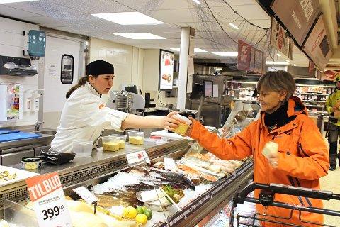 LÆRLING I SJØMATSFAG: Av en klasse på ni personer på Vestby videregående, var Stine Marie Bråthen den eneste som valgte fiskehandelfaget. - De fleste ville bli kokk eller konditor, forteller hun.
