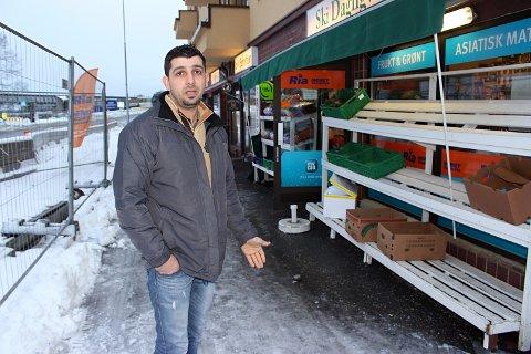 SKI DAGLIGVARE: Omsetningen i grønnsaksforetningen har tatt seg opp etter at Nordbyveien bro åpnet, men butikken er fortsatt preget av bygging i nærområde.