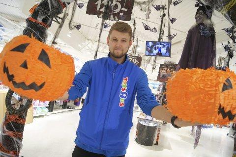 SISTE GANG?: Martin Monsøy og Toys R Us på Ski storsenter har en usikker fremtid i møte. Her fra tidligere i høst, i forbindelse med Halloween.
