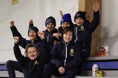 Emrik og Marius fra Ski G-07, samt Trym, Tobias, Oscar og Sivert fra Ski G-08 støtter A-laget fra tribunen og vet hva de vil med egne hockeykarrierer.