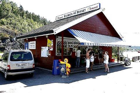 POPULÆR: Kiosken på Nesset på Vinterbro er et populært sted mange valfarter for å kjøpe is om sommeren, men i natt var det helt andre typer folk som dro dit.