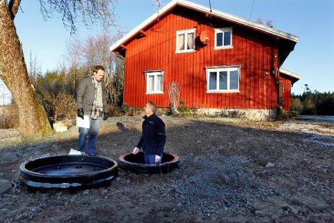 SJEKK: Helge Klevengen fra Ski kommune og Rolf Hunskår fra Alternativ avløpsbehandling (AAB) kontrollerer et av de nyeste renseanleggene i Ski. AAB drifter cirka 800 anlegg i Follo og 160 av anleggene ligger i Ski.