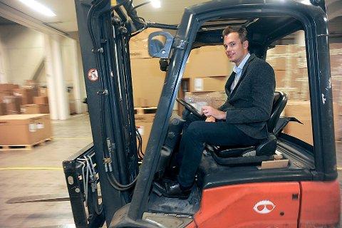 TAR I ET TAK: Daglig leder i Ntex, Andreas Hoel Nikolic, setter seg gjerne på trucken for å hjelpe til i produksjonen.
