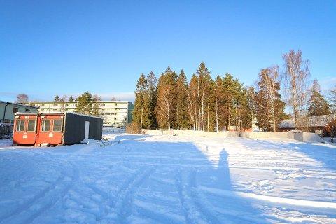 LITT FORSINKET: Her på Prix-tomta i Nybrottveien 23 kommer det åtte boliger og ikke ti.